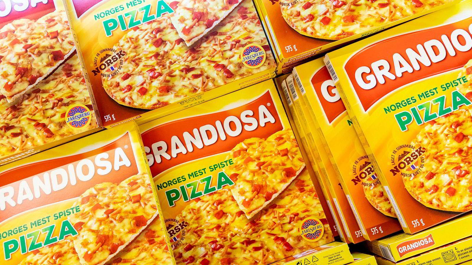 En spekepølseprodusent på Stranda var blitt en del av Nora-konsernet, som på slutten av 1970-tallet ble spurt om de ikke også kunne produsere pizza. Jo da, klart vi kan det, svarte lederen på Stranda. Da han kom hjem, måtte han imidlertid spørre kona om hva pizza var. Dette skal ha vært starten på Grandiosa-eventyret.