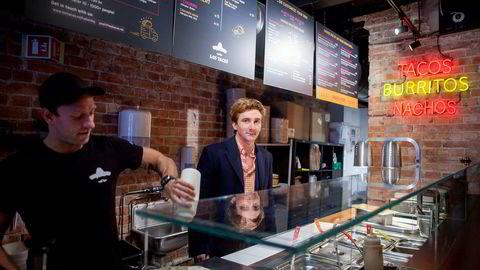 Daglig leder Rafal Korcz (til venstre) og Erlend Karlseng, sjef i Eik Gruppen, på restauranten Los Tacos som de har utviklet og nå delvis solgt til et svensk fond.