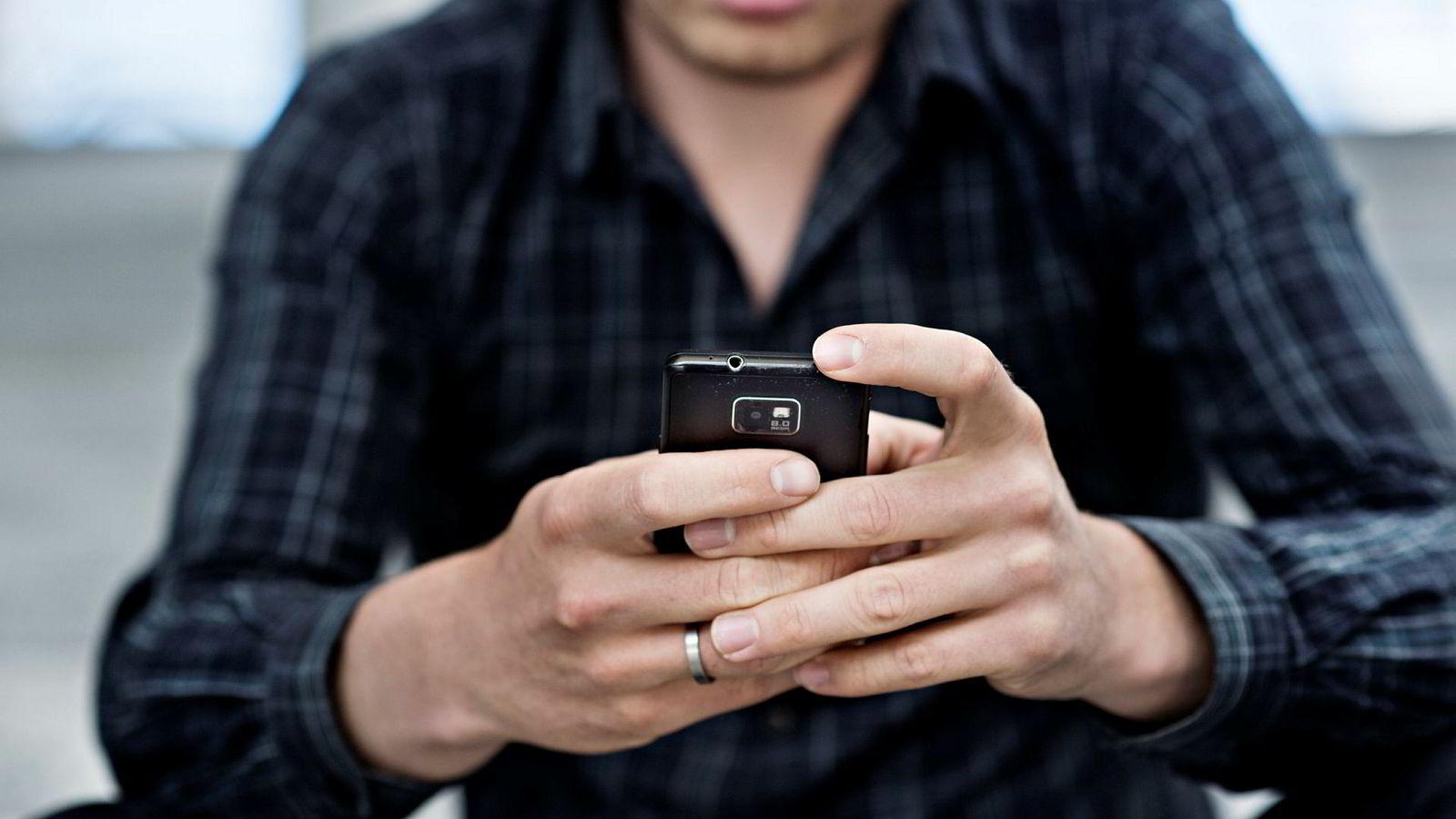 De fleste av oss prøver å begrense mobilbruken, og mange mener den distraheres oss fra å gjøre andre oppgaver, ifølge undersøkelsen.