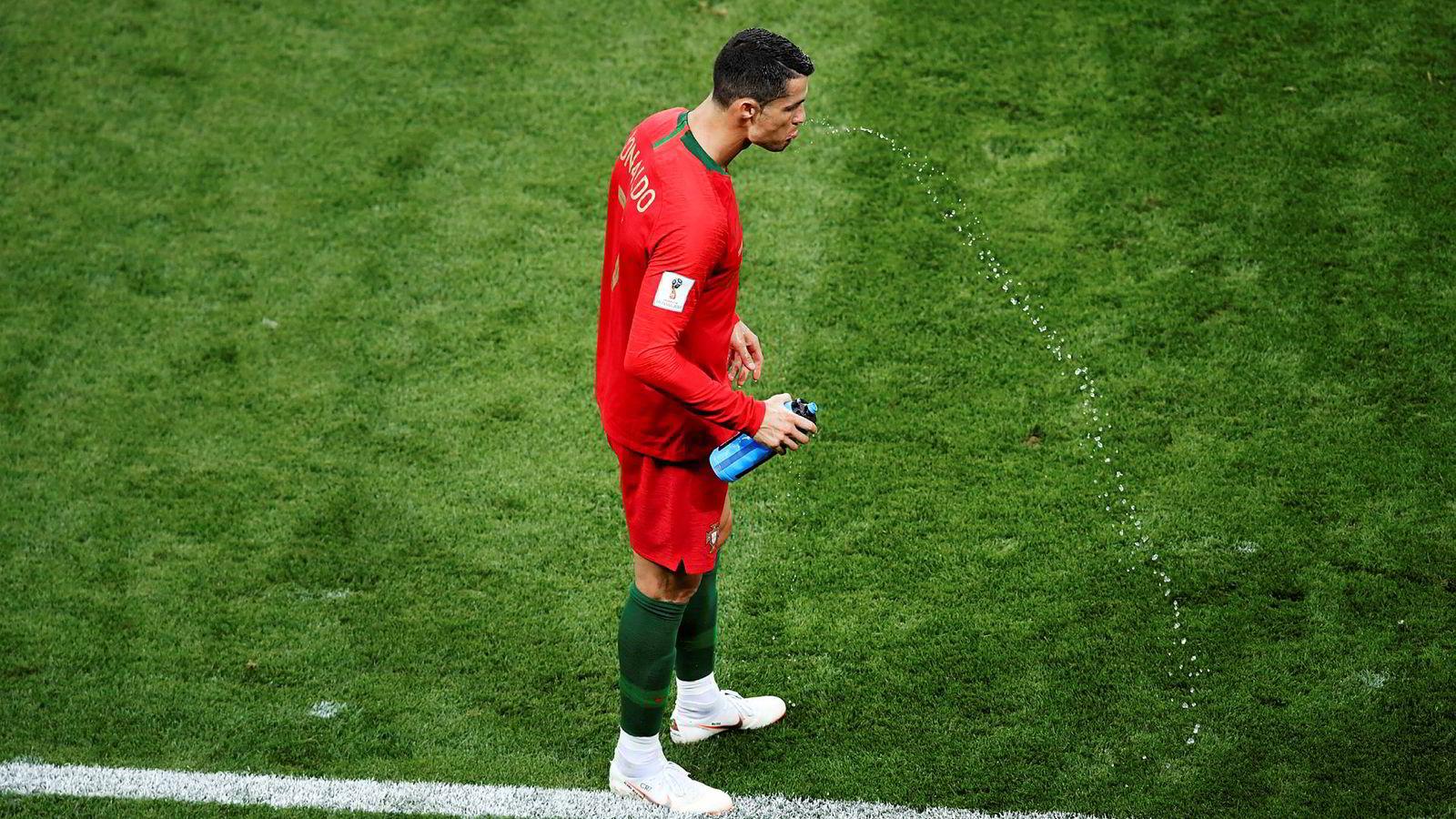 Portugals Cristiano Ronaldo spytter ut sportsdrikken under kampen mot Iran under sommerens VM i fotball i Moskva. – Det spekuleres i om det finnes en form for karbohydratreseptorer i munnhulen. Bakgrunnen for at dette gjøres, er at det er flere studier som viser at man kan få en rask oppkvikkende stimuli på lik linje som ordinært inntak av karbohydratholdig drikke som svelges, sier ernæringsrådgiver Morten Mørland.