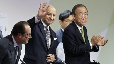 Frankrikes president Francois Hollande (t.v) idet han tok plass på pressekonferansen i Paris hvor utkastet til klimaavtalen ble offentliggjort. Utenriksminister Laurent Fabius (i midten) og FNs generalsekretær Ban Ki-moon (t.h) var også tilstede. FOTO: REUTERS/Stephane Mahe ( TPX IMAGES OF THE DAY