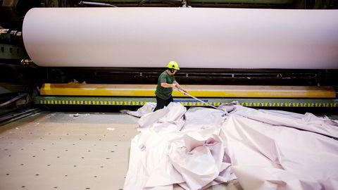 Ryddingen etter konkursen i Norske Skogindustrier asa er nå i full gang. Her er Dana Shekha Poor i ferd med å fjerne papir ved Norske Skog Saugbrugs i Halden.