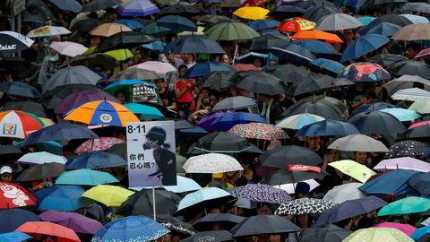 Demonstranter tok igjen til gatene tross regnet i Hongkong.
