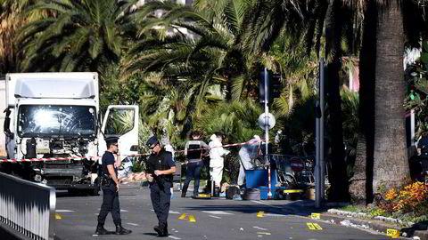 Franske politistyrker ved lastebilen terroristen kjørte da han tok livet av 84 mennesker torsdag kveld. Foto: Anne-Christine Poujolulat/AFP/NTB Scanpix