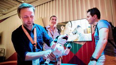 Halvor Gregusson (til venstre) er medgründer i bedriftene Rocketfarm og nLink i Sogndal, og er i Austin for å lære om kunstig intelligens med kollega Aslak Os (til høyre). I bakgrunnen: Kjetil Thorvik Brun i Abelia, NHOs forening for teknologibedrifter. Foto: Per Thrana