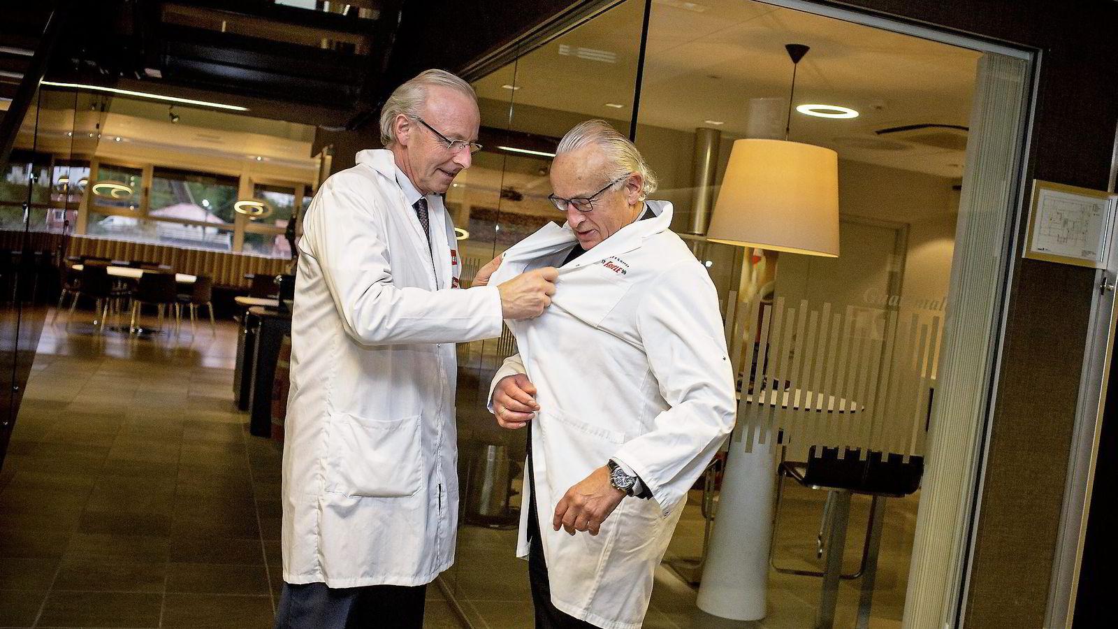 Ifjor solgte Herman Friele (til høyre) størsteparten av familiebedriften til hollandske D.E. Master Blenders. Her er han sammen med Olav Munch, administrerende direktør i Kaffehuset Friele.                Foto: