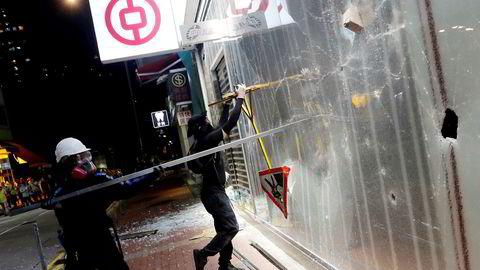 Demonstranter driver hærverk på en bankfilial tilhørende Bank of China under en protest i Tsuen Wan i Hongkong.