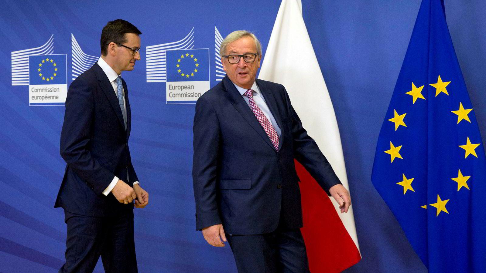 I Øst-Europa skaper prosessen mot Polen uro. Mange uroes av utviklingen i Polen, men frykter også presedensen som faktisk bruk av Artikkel 7 kan medføre, skriver Toje. Her Polens statsminister Mateusz Morawiecki, til venstre, og Jean-Claude Juncker, president i Europakommisjonen.