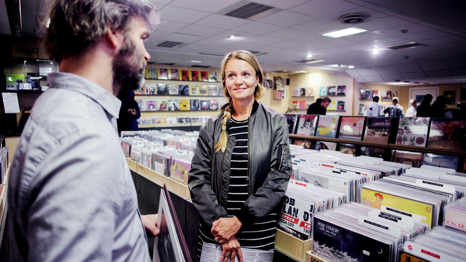 Marte Thorsby i Ifpi inne i en vinylbutikken Big Dipper i Oslo. Salget av vinyl falt i fjor etter et flerårig comeback for det fysiske formatet.