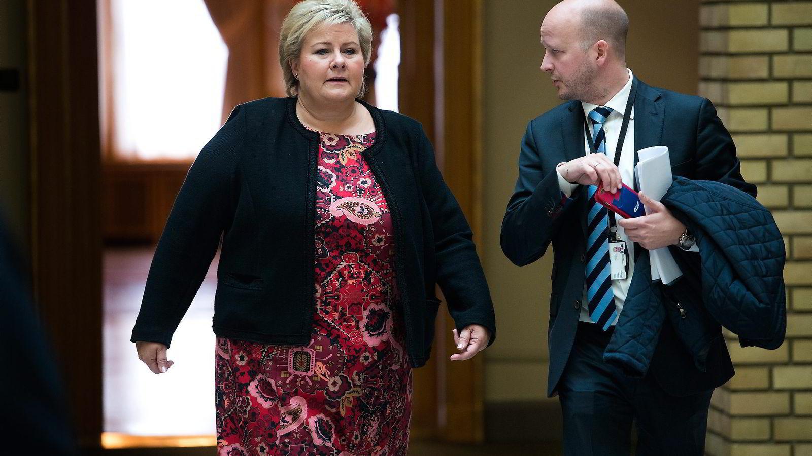 Statsminister Erna Solberg varslet denne uken at regjeringen vil øke oljepengebruken for å takle flyktningkrisen. Her sammen med statssekretær Sigbjørn Aanes.