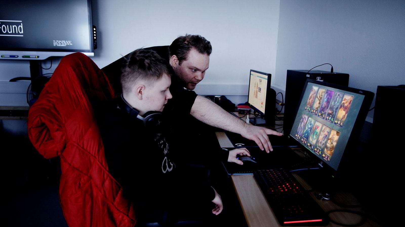 Sindre Rygg sier han ser at elevene blomstrer i flere fag etter at de begynte med gaming. Her med elev Eirik Mikael Larsen (18).