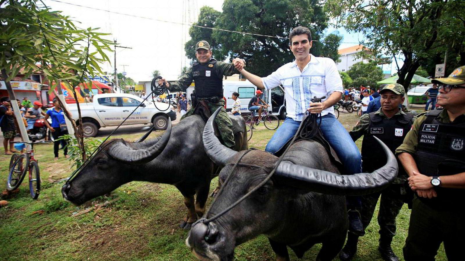 Helder Barbalho (i midten) ble guvernør i delstaten Pará i Brasil 1. januar i år. På en av sine mange reiser i delstaten de siste ukene, uttalte han seg for første gang som guvernør offentlig om Hydro. Her fra øya Marajó søndag, sammen med brasiliansk militærpoliti.