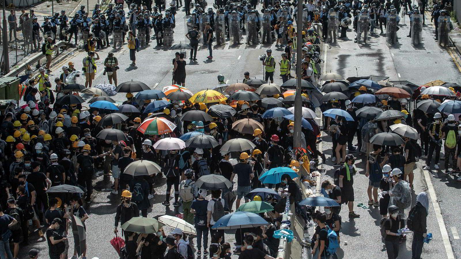 Demonstranter sperret tidlig mandag veier og gater i protest mot 22-års-markeringen av at Kina overtok Hongkong i 1997.