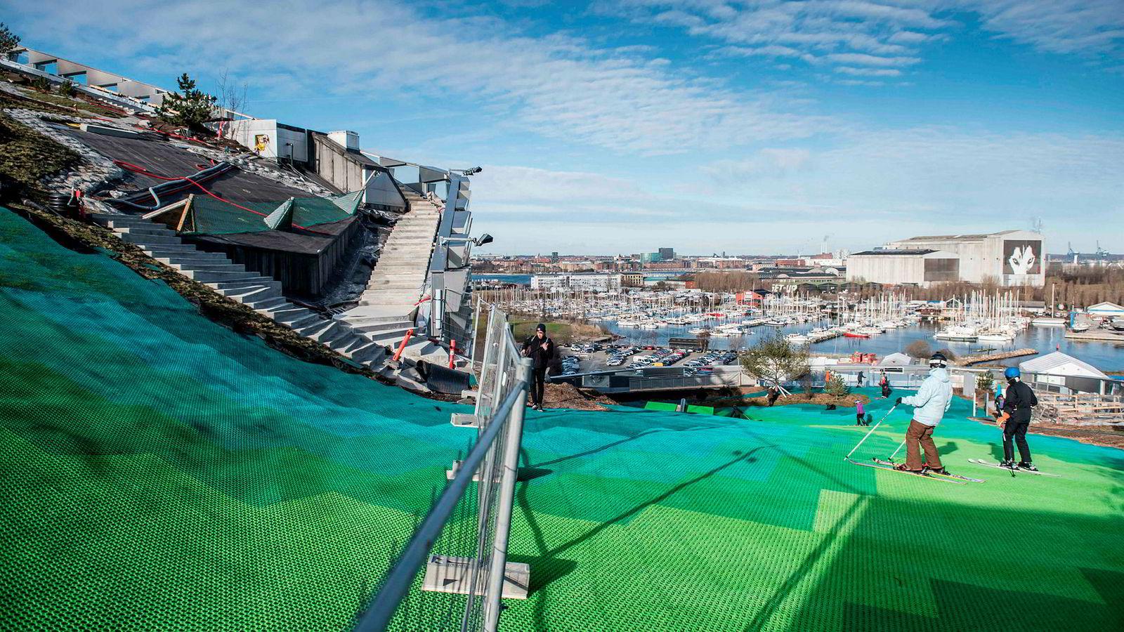 Publikum fikk tirsdag for første gang prøve det nye skianlegget Amager Bakke sentralt i København.