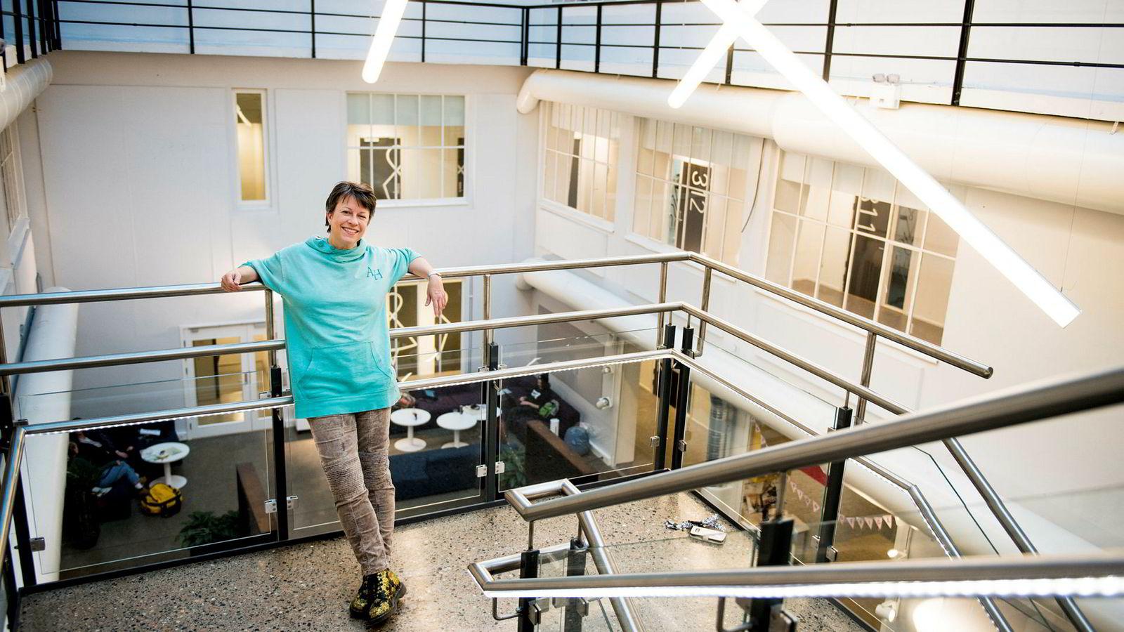 Christine Calvert, høyskolelektor på Westerdals, sier de som vil trenge gjennom i Facebooks nyhetsstrøm blir nødt til tenke nytt for å engasjere og begeistre brukerne.