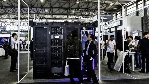 Amerikanske myndigheter kontakter allierte land og legger press på mobiloperatører og internettleverandører om å ikke benytte produkter fra den kinesiske telekomprodusenten Huawei. Her fra en Huawei-utstilling i Shanghai.