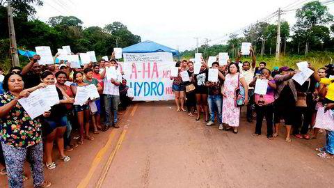 Utslippene fra Hydros anlegg i Brasil kan øke konflikten med lokalbefolkningen, tror forsker. Her fra demonstrasjoner i 2017. På plakaten står det: A-ha lyver, Hydro dreper. Hydro sponset konsert med Aha i Barcarena høsten 2015.