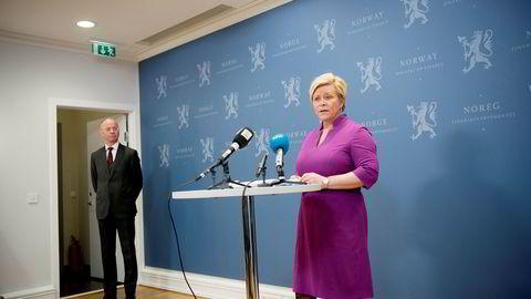 Finansminister Siv Jensen (Frp) får større innflytelse over SSB, hvis statistikklovutvalgets forslag til ny lov får støtte. Her sammen med utvalgsleder Nils-Henrik von der Fehr.