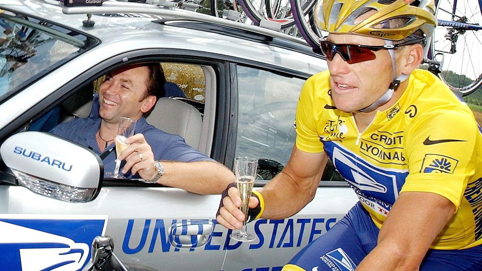 Lance Armstrongs doping ble blant annet bevist ved at overføringer på til sammen en million dollar til dopinglegen Michele Ferrari ble avslørt. Her har Armstrong selskap av sin sportsdirektør Johan Bruyneel mens han er på vei til sin sjette sammenlagtseier i Tour de France i 2004.               Foto: Peter Dejong/AP/NTB Scanpix