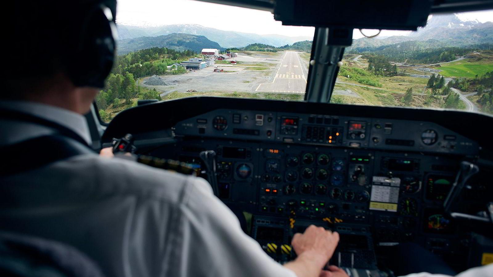 Widerøe har fløyet langs kysten i Norge i over 80 år, og nå vil selskapet gi SAS og Norwegian direkte konkurranse. Her er et Dash 8-fly på vei inn til Førde lufthavn.