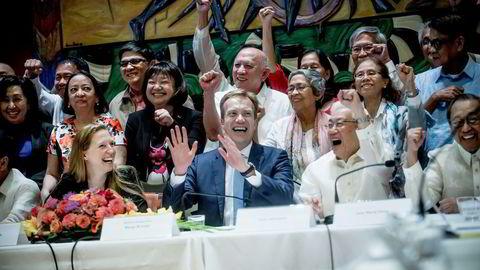 De filippinske forhandlerne bak har nettopp underskrevet avtale om våpenhvile etter 47 år med væpnet konflikt mellom kommunistgerilja og myndigheter. Spesialrepresentant Elisabeth Slåttum (fra venstre), utenriksminister Børge Brende, Luis Jalandoni og Jose Maria Sison fra det filippinske kommunistpartiet. Foto: Gorm K. Gaare