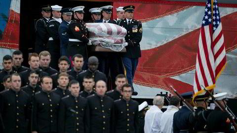 En militær æresvakt møtte båren til George H.W. Bush da den ankom byen College Station, der ekspresidenten ble begravet ved siden av kona Barbara og datteren Robin.