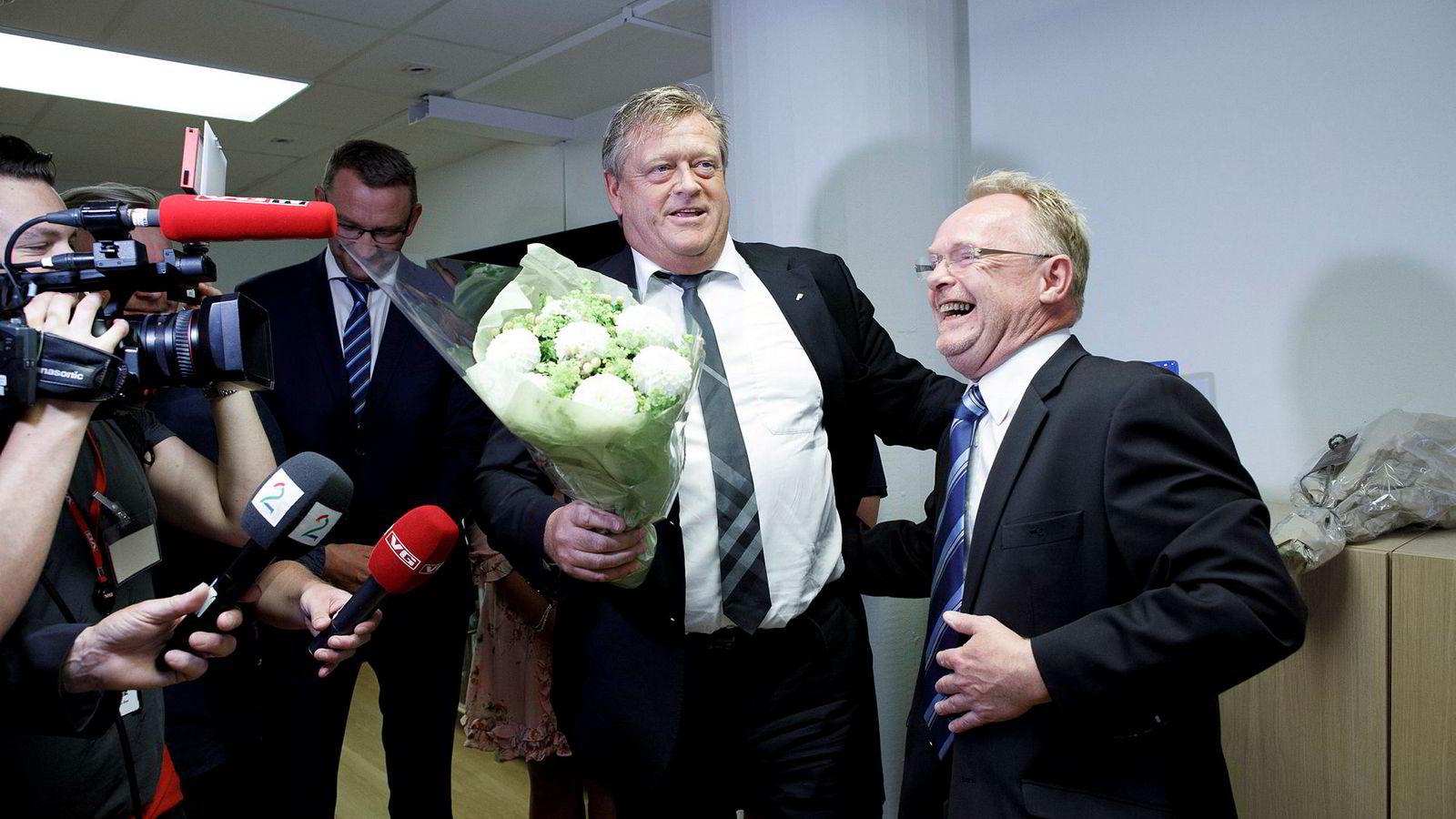 Fra seansen i Fiskeridepartementet mandag der nylig avgått fiskeriminister Per Sandberg (Frp) (til høyre) ga nøkkelen til etterfølgeren Harald Tom Nesvik (Frp).