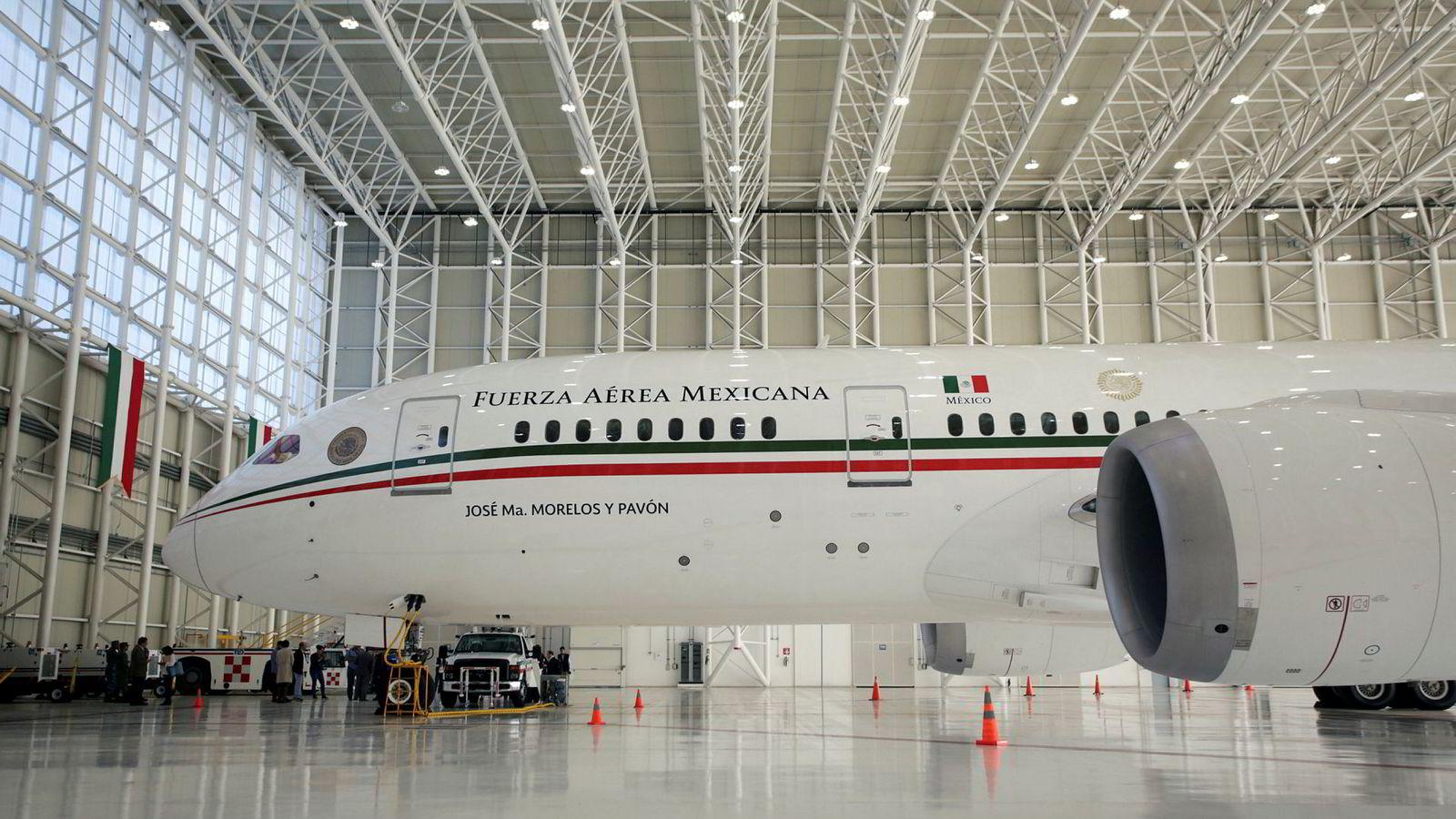Mexicos presidentfly, et Boeing 787 Dreamliner, står parkert i hangaren ved Benito Juarez-flyplassen i Mexico City. Nå går flyet og 130 av landets øvrige fly og helikoptre under hammeren.