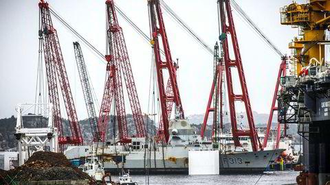 Bergingen av fregatten KNM Helge Ingstad koster dyrt. Her ligger skipet ved Hanøytangen i Askøy utenfor Bergen lørdag.