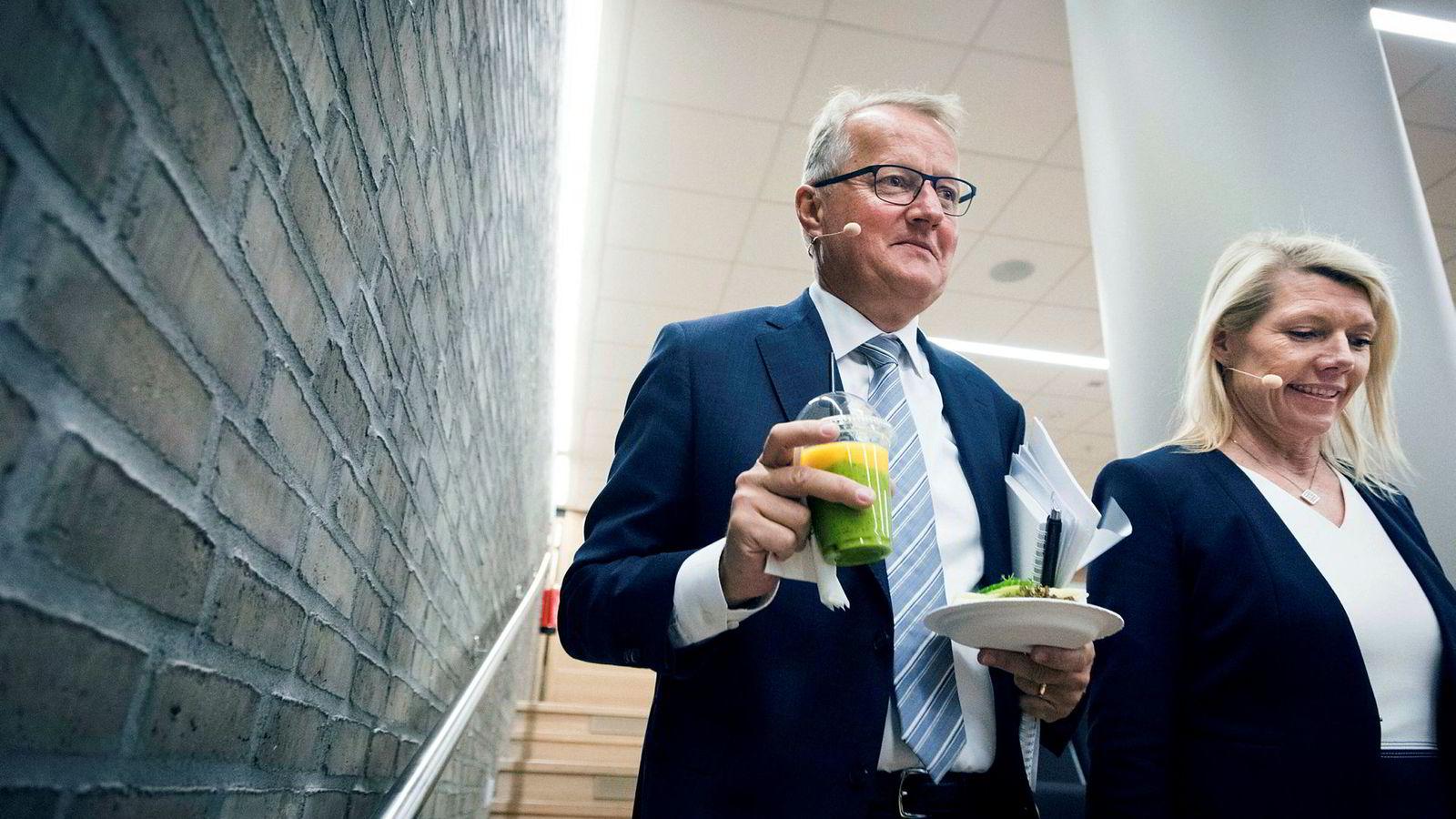 DNB-sjef Rune Bjerke og bankens nye finansdirektør Kjerstin Braathen på vei inn i auditoriet for å presentere resultatene for første kvartal.