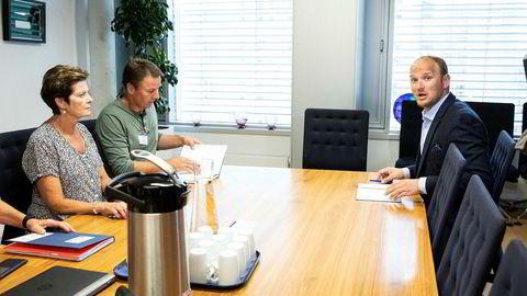 Landbruks- og matminister Jon Georg Dale (t.h.) under møtet med Lars Petter Bartnes i Norges Bondelag (i midten) og Ann Merete Furuberg i Norsk Bonde- og Småbrukarlag mandag.