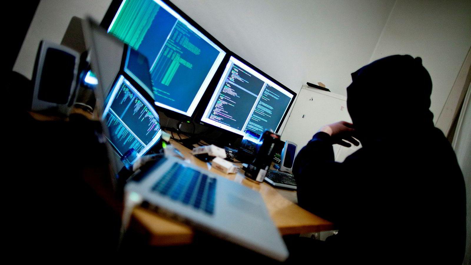 Det er flere angrep på samfunnskritisk infrastruktur, og en kraftig økning i «ransomware», eller ranervirus, som stenger brukerne ute fra tilgangen til data eller IKT-systemet inntil brukeren betaler løsepenger, skriver artikkelforfatterne.