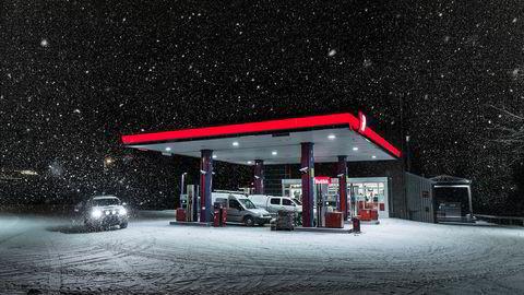 Bensinstasjonstemning. Julen er også et neonskilt i mørket. Julen er også det som skjer mens man ennå ikke er fremme. Julen er også en tur på bensinstasjonen.
