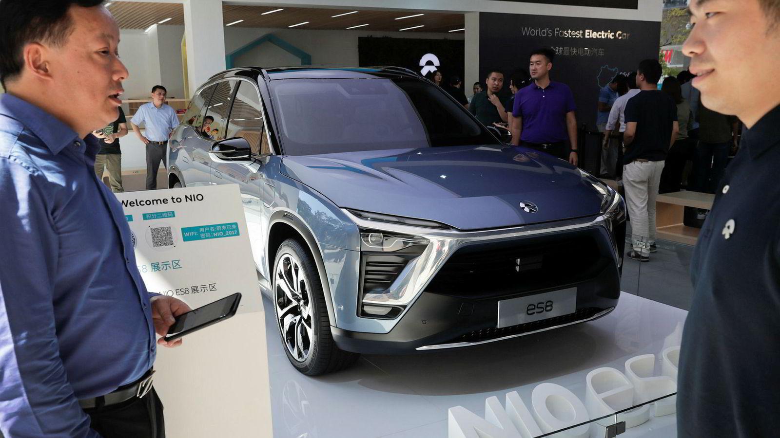 Den kinesiske bilprodusenter NIO viser frem sun nye elbil på et kjøpesenter i Beijing mandag. Snart kan slike biler bli normen i Kina.