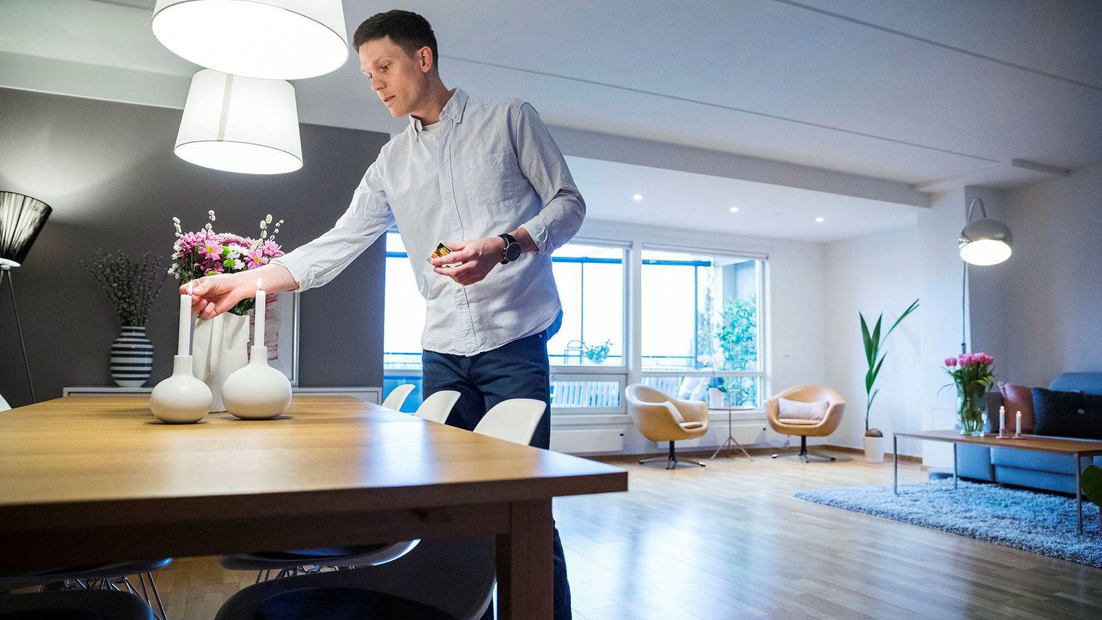 Martin Paulson (35) gjør de siste forberedelsene før visningen på leiligheten hans starter.