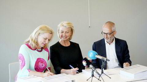 Styreleder i SJ-Norge, Berit Kjøll jernbanedirektør Kirsti Slotsvik og direktør i SJ Thomas Silbersky undertegner trafikkavtalen mellom SJ Norge og Jernbanedirektoratet.