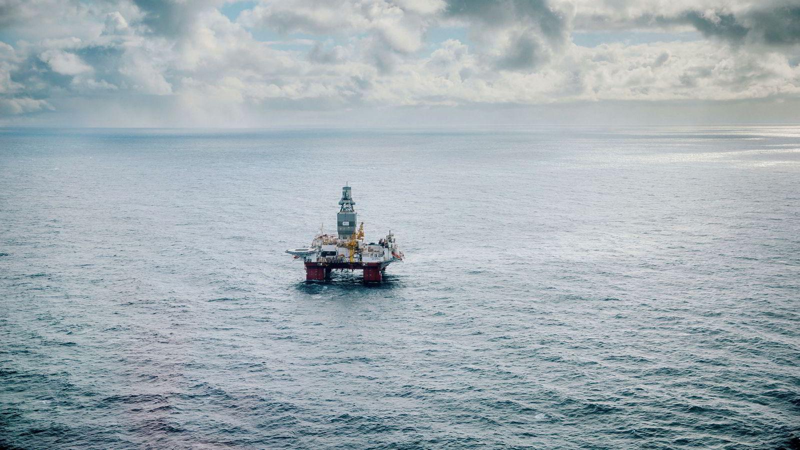 Det internasjonale energibyrået (IEA) trekker frem Norge som et av de fire landene som kommer til å møte den globale oljeetterspørselen. Her ses riggen Songa Enabler i Barentshavet.