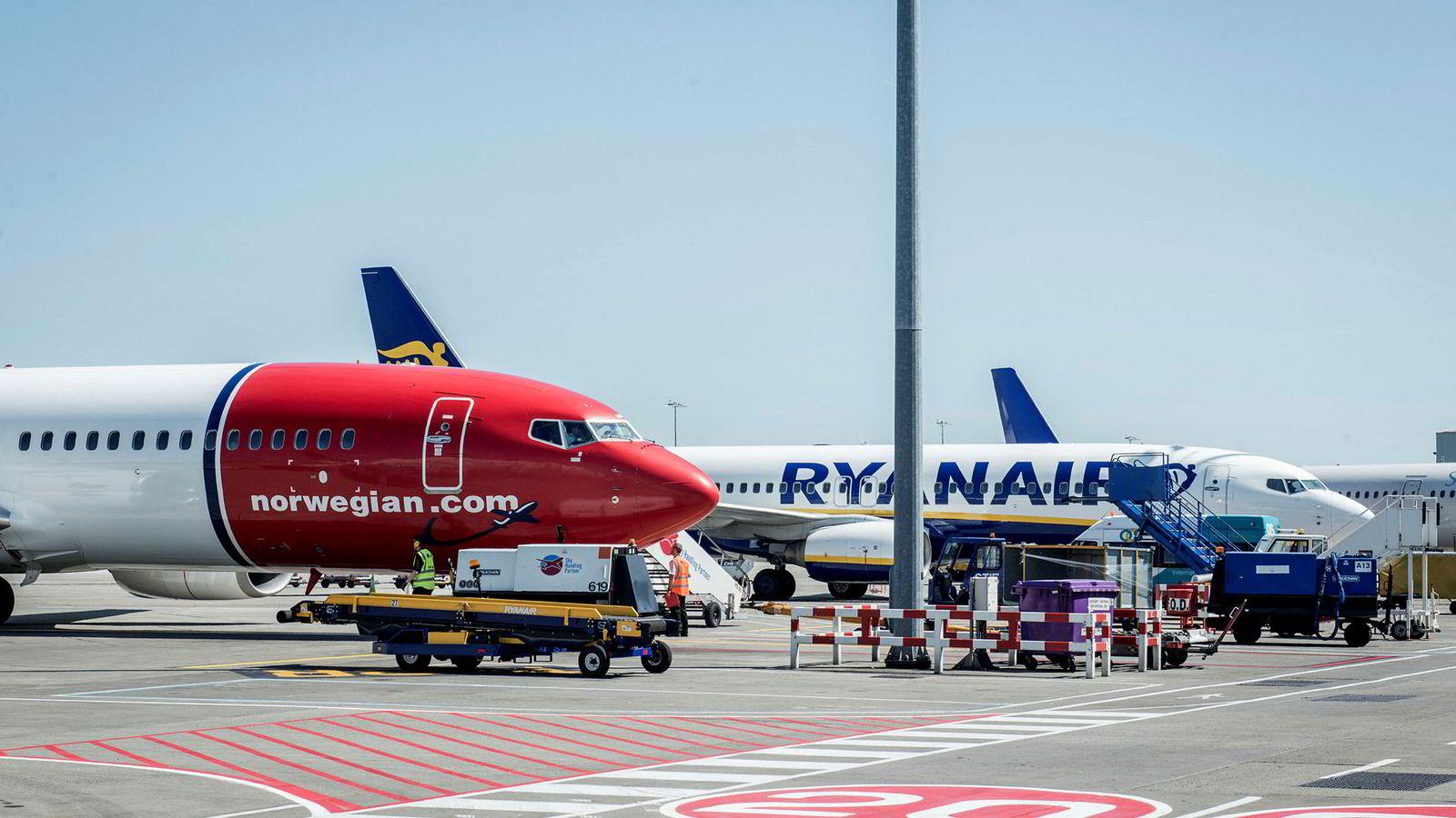 Mange piloter har så langt i år valgt å hoppe fra Ryanair til Norwegian. Bildet viser fly fra Ryanair og Norwegian på flyplassen i Dublin.