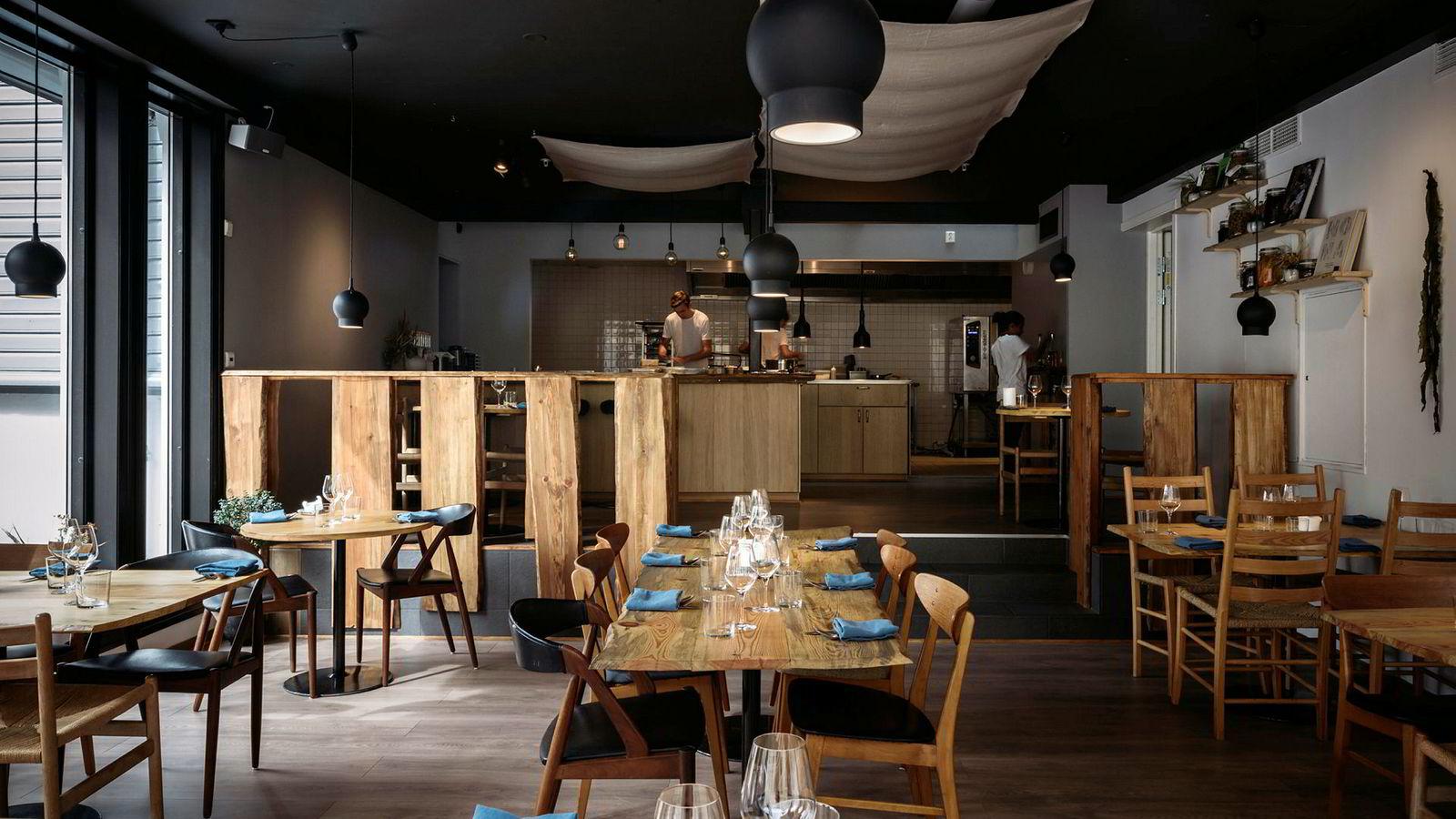 Söl i Stavanger har hentet navnet sitt fra en type tang. Restauranten eies og drives av de tre kokkene Magnus Paaske, Nayana Engh og Claes Helbak.