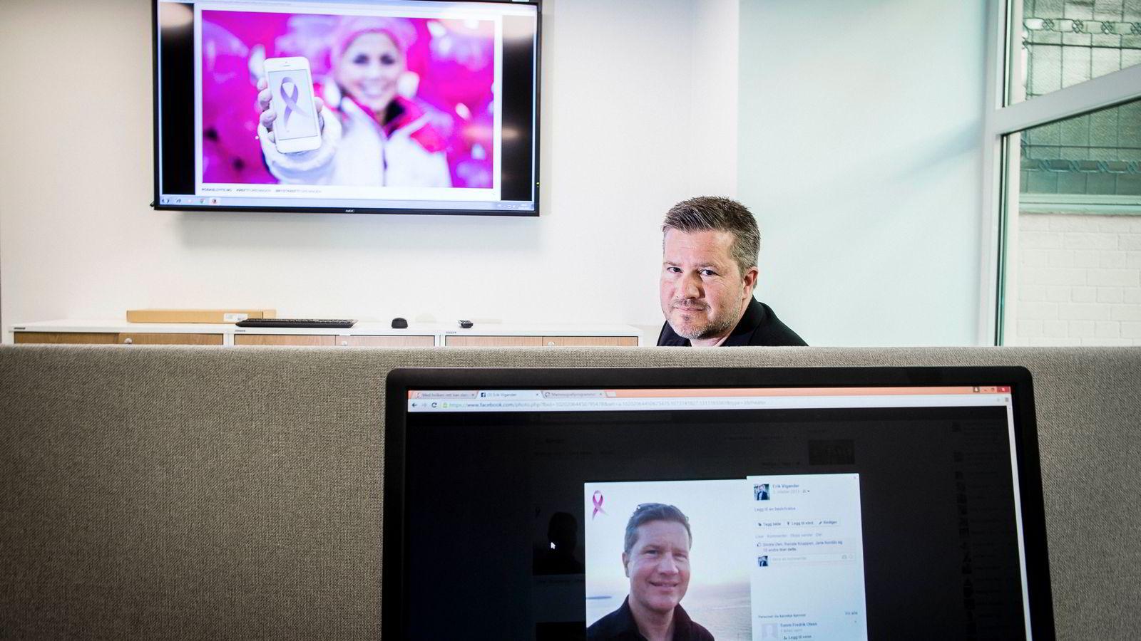 Pressesjef Erik Vikander i Kreftforeningen viser hvordan det ser ut når du kjøper en virtuell sløyfe til profilbildet ditt på Facebook.