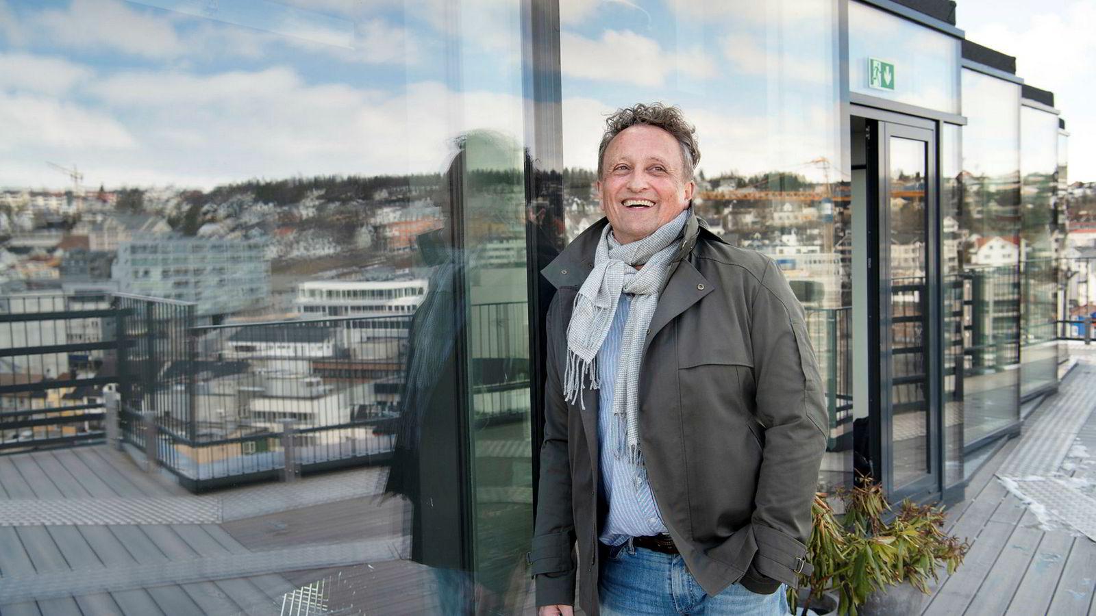 Investor Roar Dons på takterrassen på Tromsø prisbelønte hotell The Edge, som hans eiendomsselskap Pellerin as eier halvparten av.
