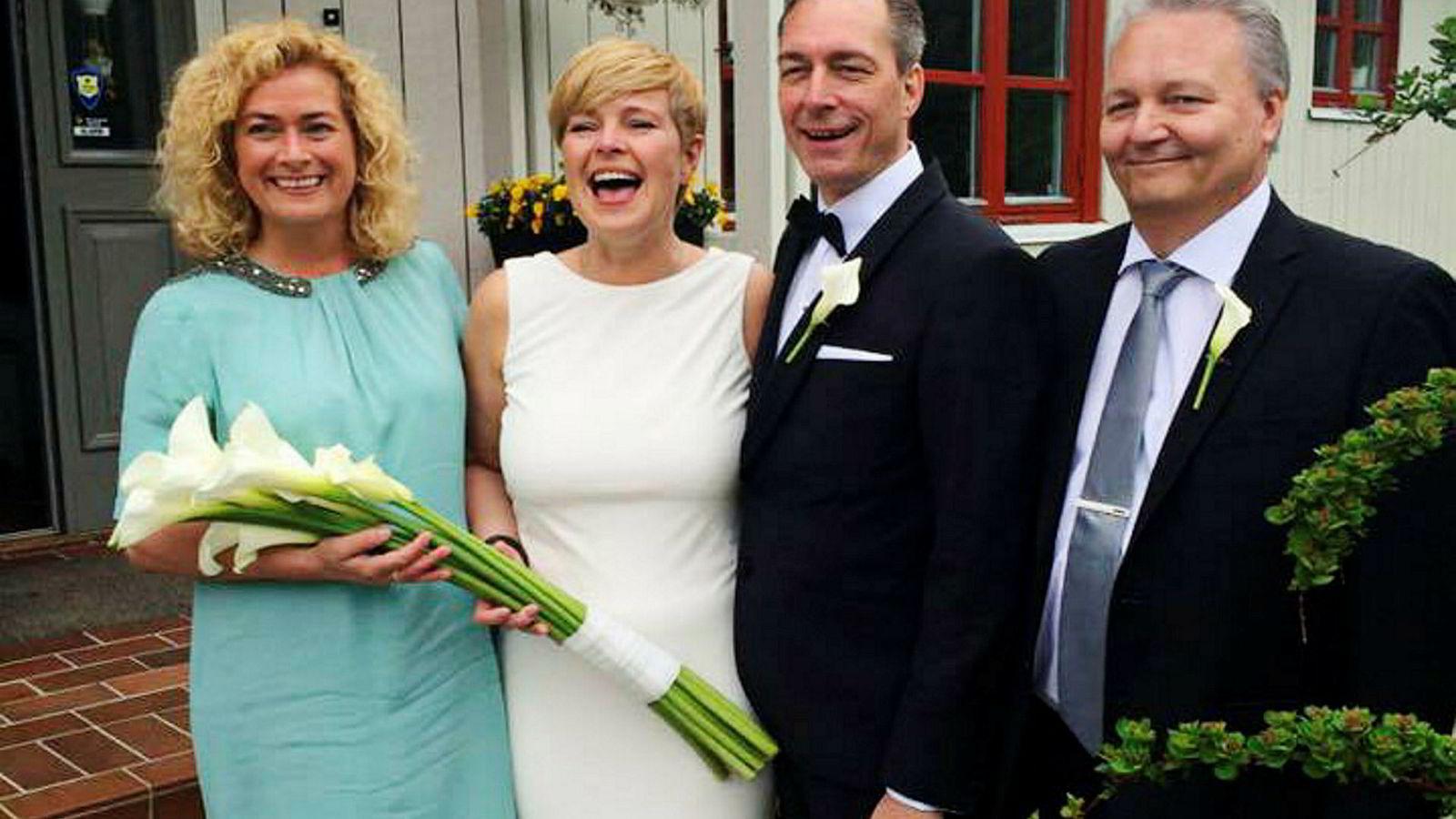 Personlige bindinger har påvirket både Helse Nord-styreleder Marianne Telle (til venstre) og forsvarsminister Frank Bakke-Jensens (nummer tre fra venstre) muligheter til å delta i spørsmål om luftambulanse-kaoset i nord. Her er de i Bakke-Jensens bryllup sommeren 2015, da han giftet seg med Hilde Sjurelv. Sjurelv jobber for selskapet som har fått milliardkontrakt for luftambulanse-virksomhet. Telle var forlover for Sjurelv. Bakke-Jensens forlover Geir Arne Eriksen til høyre.
