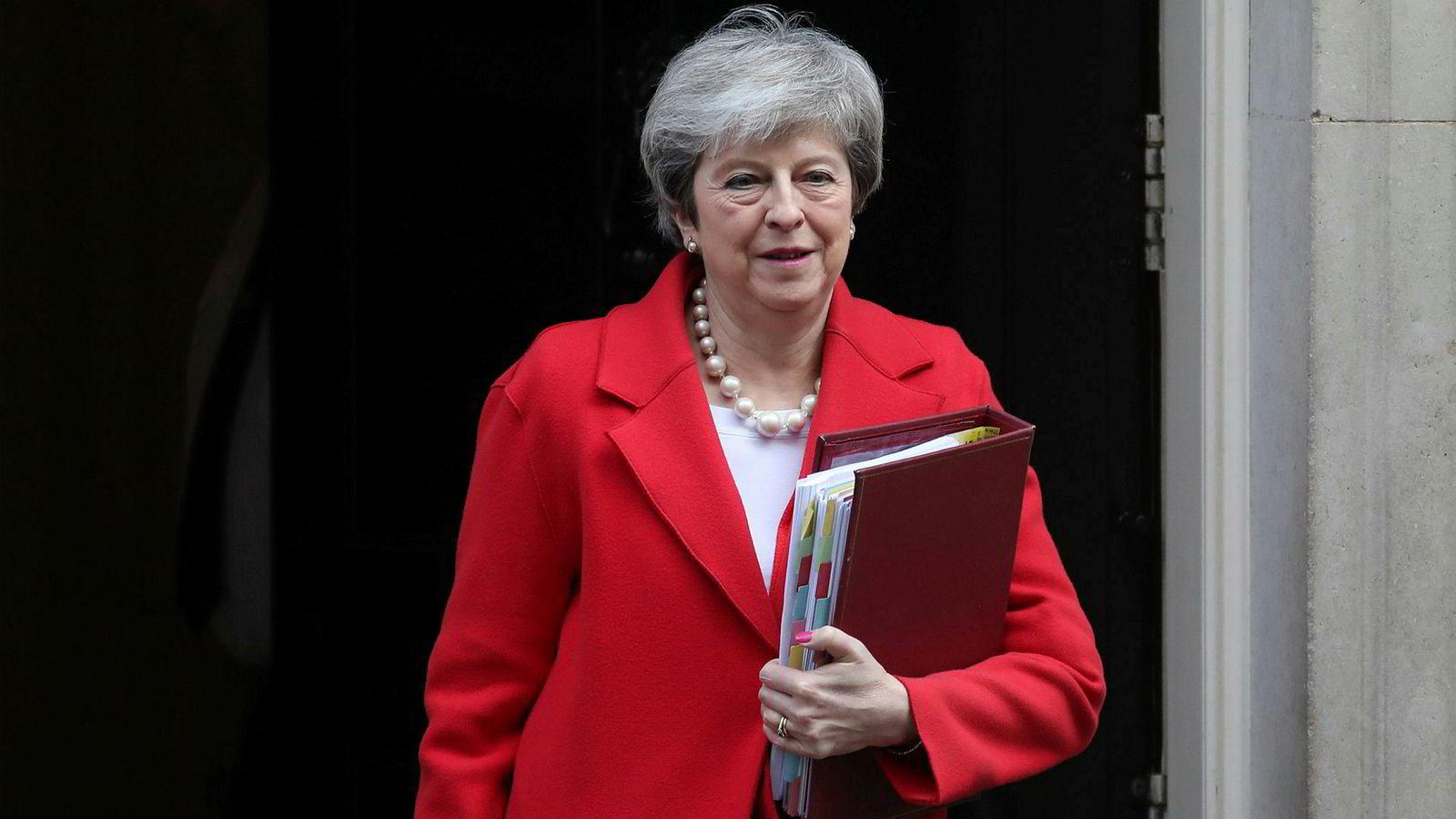 Theresa May annonserte beslutningen om brexit-avstemningene tirsdag. Her er hun på vei ut av statsministerboligen i Downing Street.