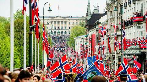 Barnetoget går oppover Karl Johans gate mot Slottet i Oslo sentrum 17. mai