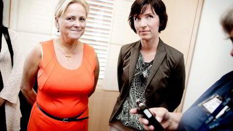MULIGE ENDRINGER. Avdelingsdirektør Christine Hamnen (til høyre) i Kulturdepartementet leverer sin rapport til kulturminister Thorhild Widvey. Foto: Ida von Hanno Bast