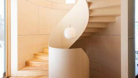 Svingom. Den skulpturelle trappen åpner seg i førsteetasjen, hvor soverommene og badet ligger bortetter en lang gang. Ned trappen kommer man til underetasjen med kjellerstue, vaskerom og utleiehybel.