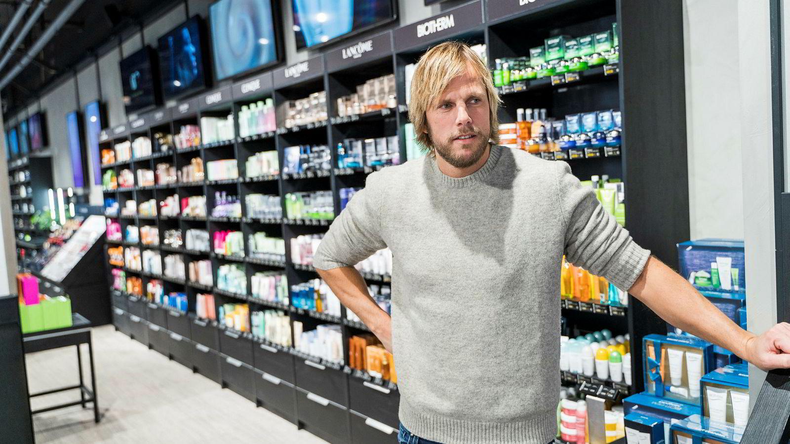 Einar Øgrey Brandsdal har gjort stor økonomisk suksess med nettsalg av sminke, sjampo og skjønnhetsprodukter i Blivakker. I hjembyen Kristiansand er han blitt en kontroversiell figur for sitt engasjement i Sørlandsnyhetene.