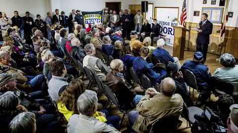 Omstridte Roy Moore på et fullsatt valgmøte i Alabama mandag. Selv om han beskyldes for å ha sextrakassert tenåringsjenter har han fortsatt gode sjanser å bli valgt til senator.