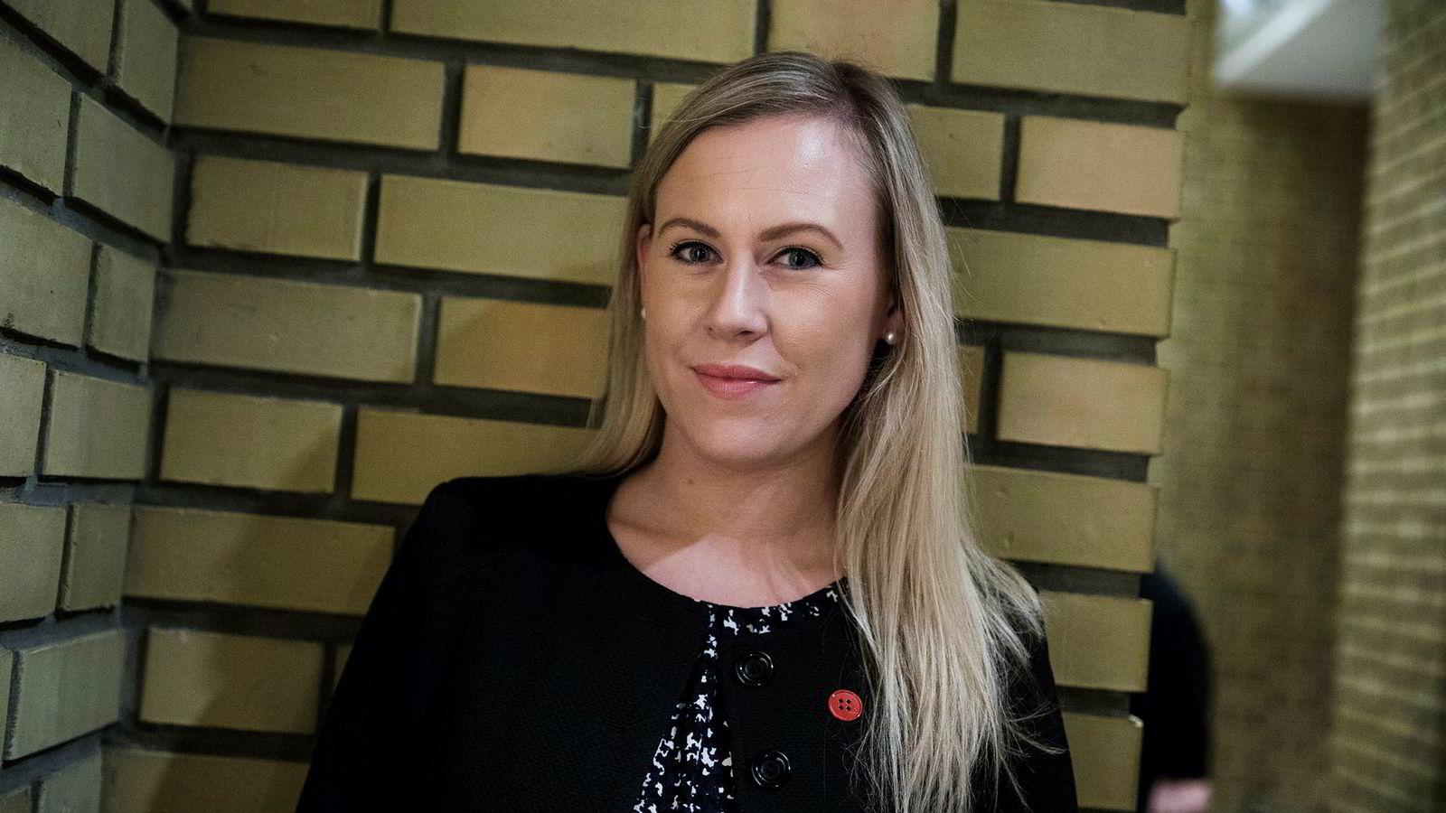 Politiet får kritikk fra blant andre Arbeiderpartiets justispolitiske talsperson Lene Vågslid etter at en afghansk familie som hadde fått avslag på asylsøknaden ble hentet ut av et hus eid av en menighet i Fitjar.