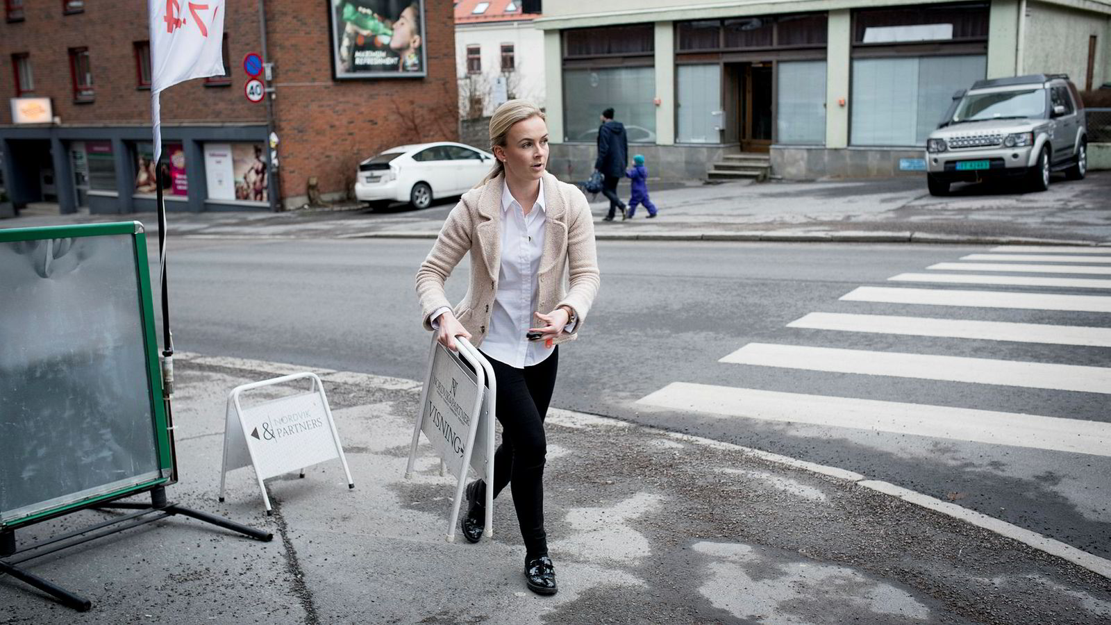 – Folk er kanskje litt redde for å kjøpe på topp og selge på bunn, sier Beatrice Torp i Nordvik og Partners. Her gjør hun seg klar til visning på en toromsleilighet på Bjølsen i Oslo.
